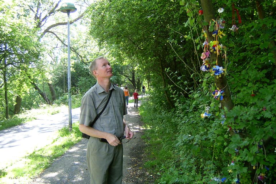 Мой муж около дерева сосок