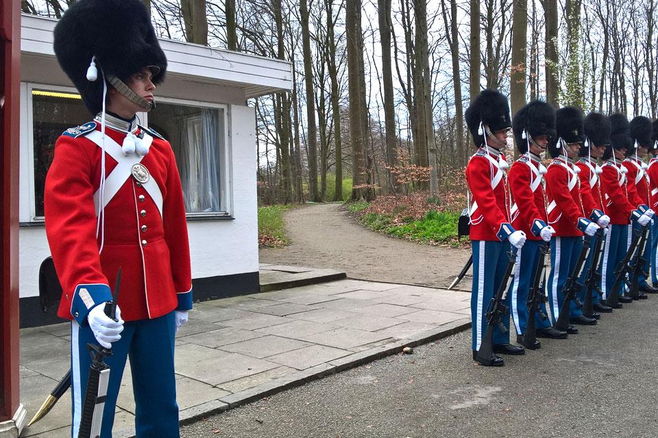Королевские гвардейцы у входа в парк Марселисборг