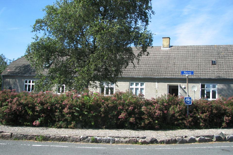 Здание бывшей школы, во дворе которой растет яблоня Filippa