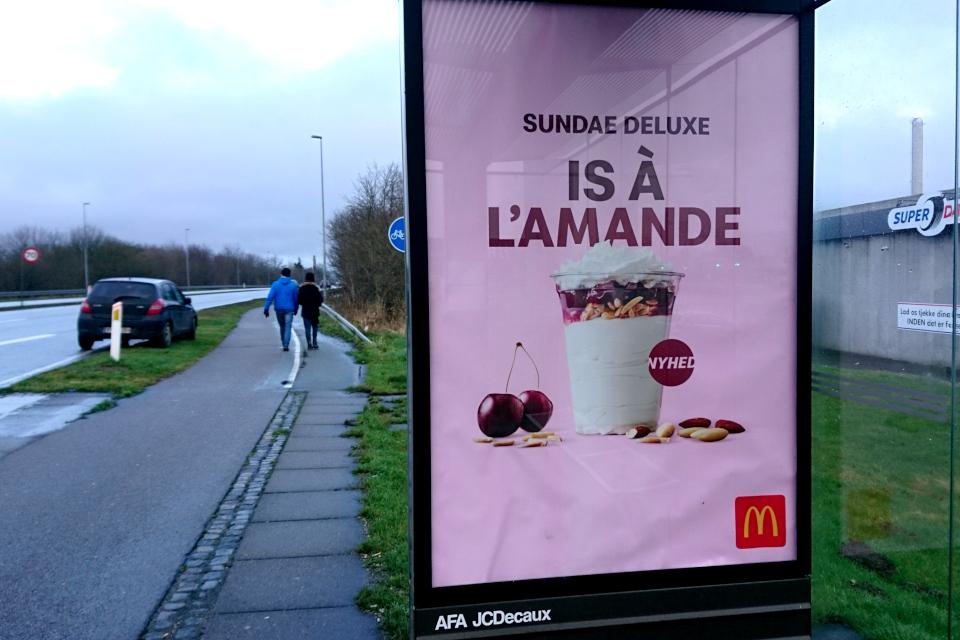 Реклама на автобусной остановке нового вида мороженого в Макдональдсе