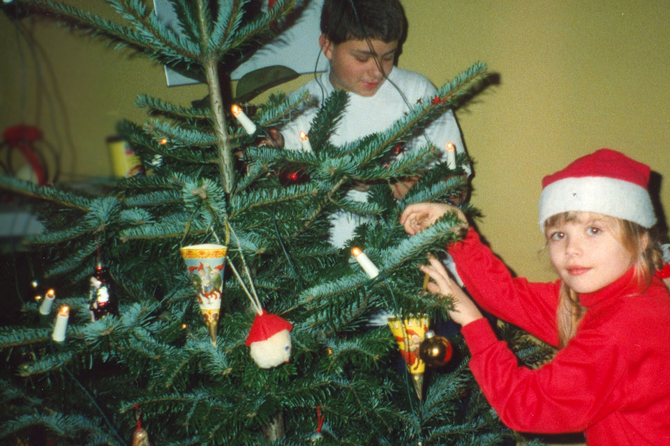 Моя дочка наряжает датскую елку или кавказскую пихту