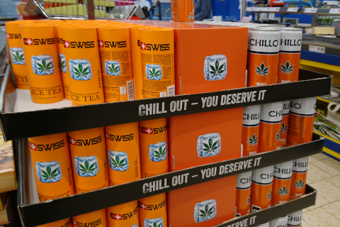 Напиток холодный чай (ice tea) с коноплей в супермаркете