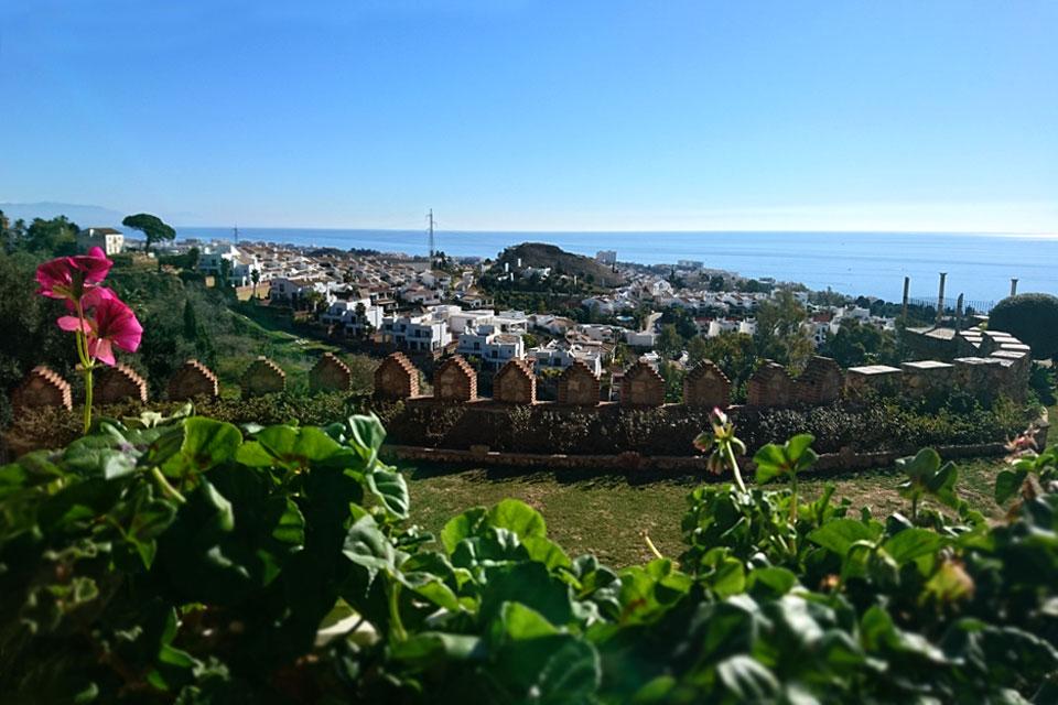 Вид на море с одной из башен Замка Коломарес