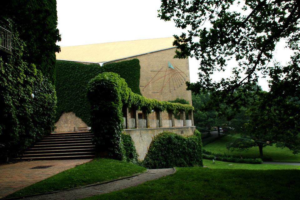 Центральное здание университета с солнечными часами на стене.