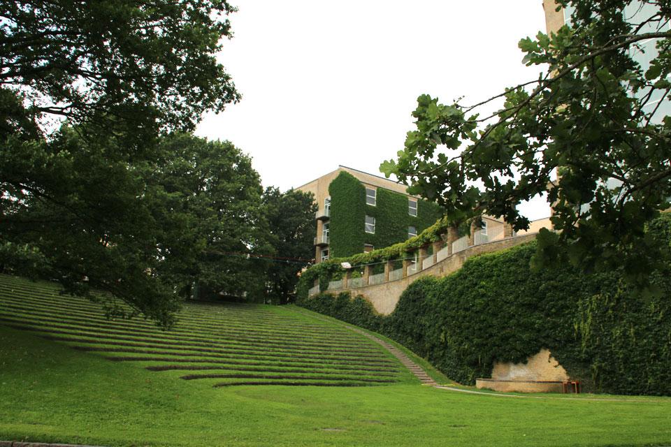 Зеленый амфитеатр в парке Орхусского университета