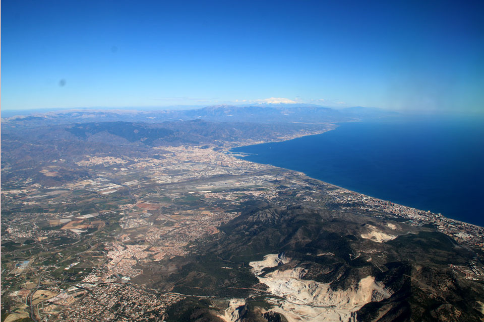 Вид на горы южного побережья Испании коста-дель-соль с самолета.