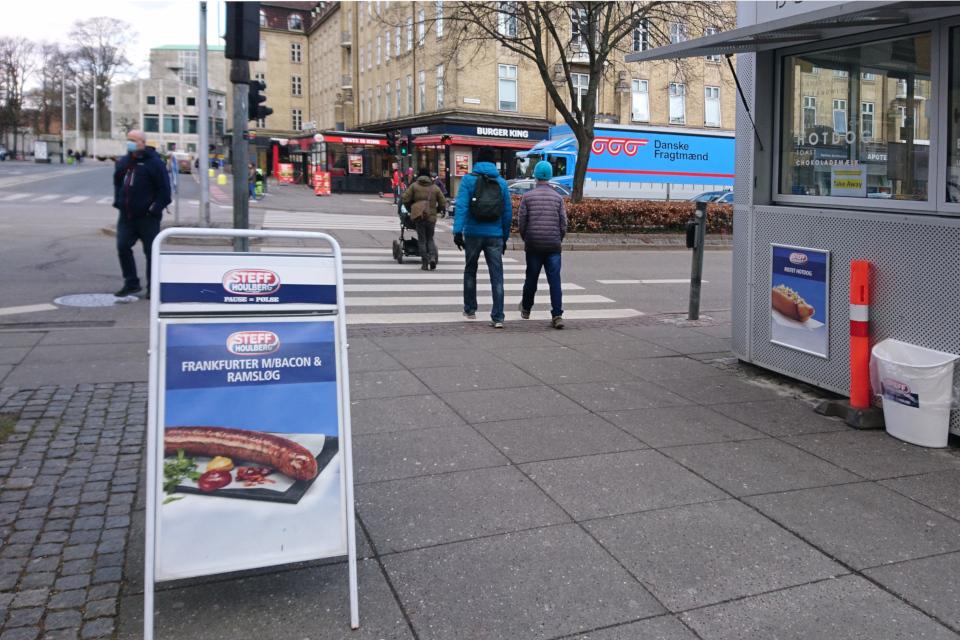 Сосиски Франкфуртер с черемшой предлагает сосисочный киоск, г. Орхус, Дания