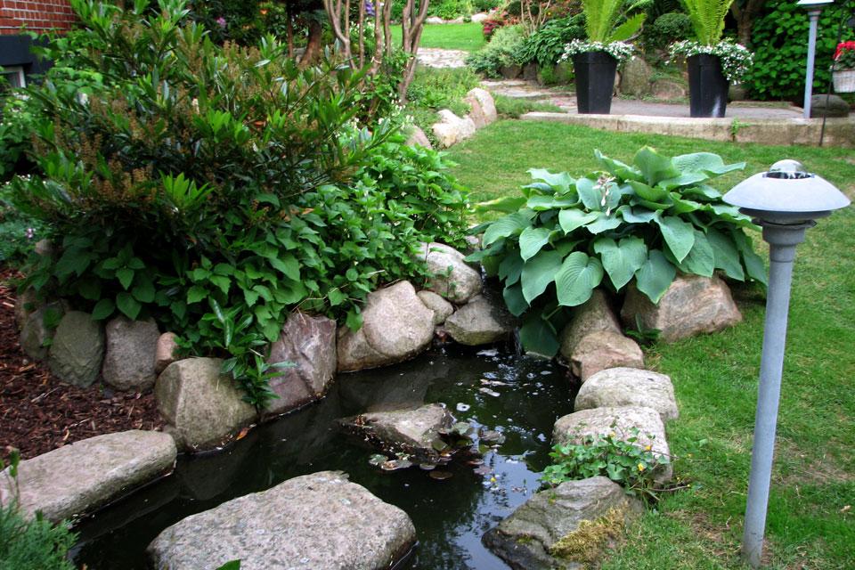 Небольшой водоем возле дома - Сад Сусанне Расмуссен