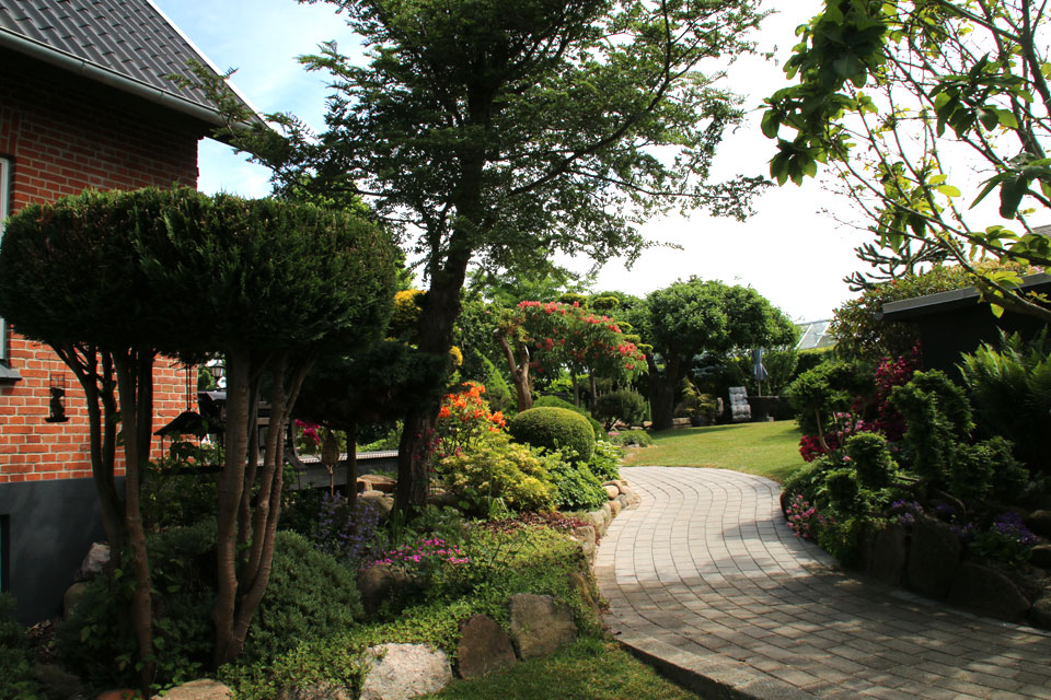 Сад Сусанне Расмуссен. Дорожка в саду возле дома