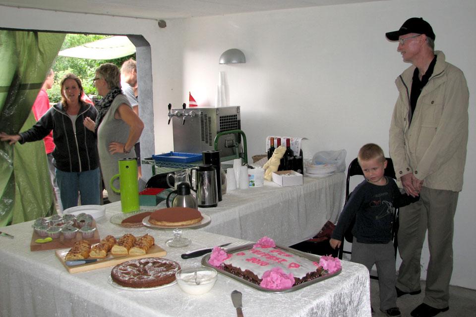 В гараже Сусанны проводится конкурс на самый красивый и вкусный торт