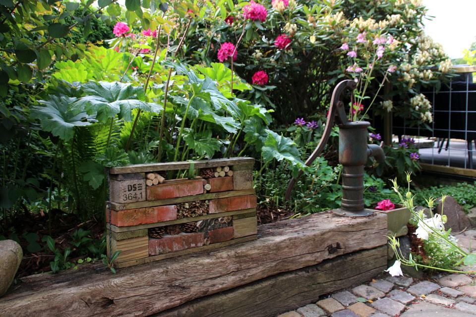 Самодельный отель для насекомых в саду Сусанне Расмуссен