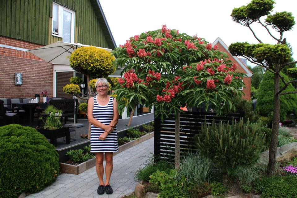 Сусанне Расмуссен в своем саду