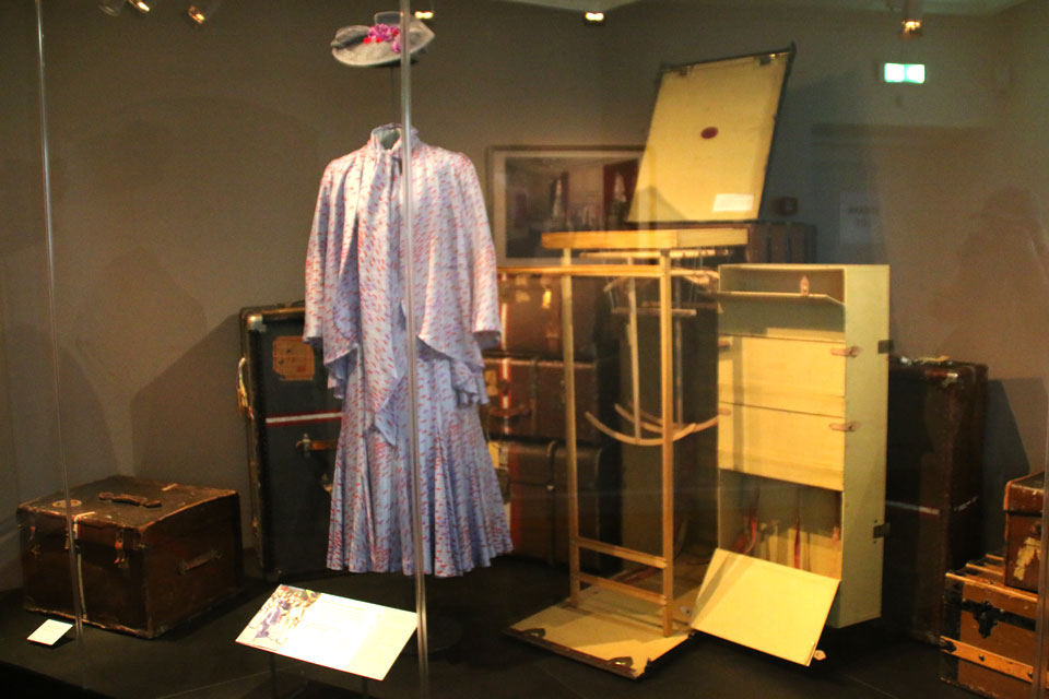 На выставке также выставлены старые чемоданы.