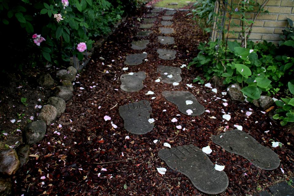 Плитки в форме стоп у входа в сад Йорк