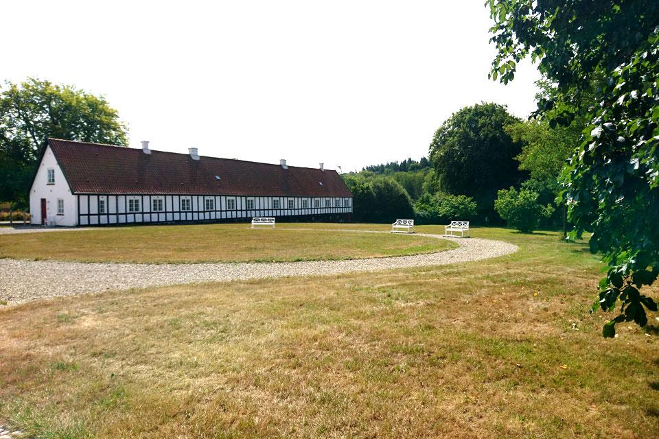Высохший газон в парке дворцового комплекса Fussingø