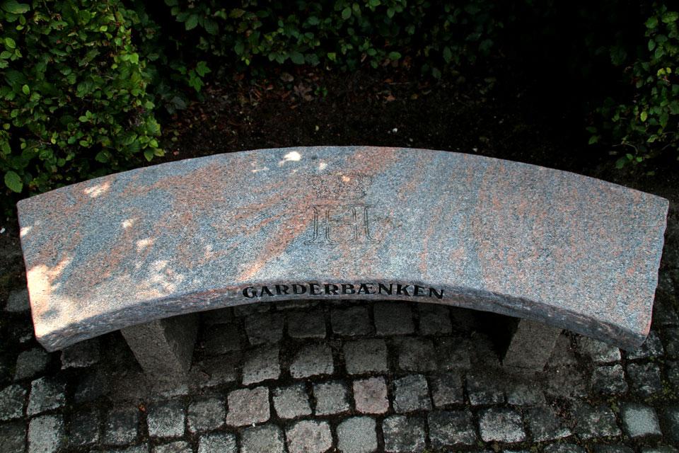 Скамейка с монограммой принца Хенрика