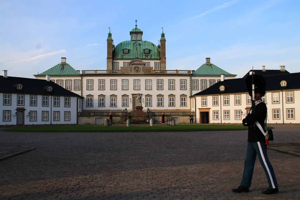 "Королевский дворец Фреденсборг (дат. Fredensborg Slot, букв. ""замок мира"")"