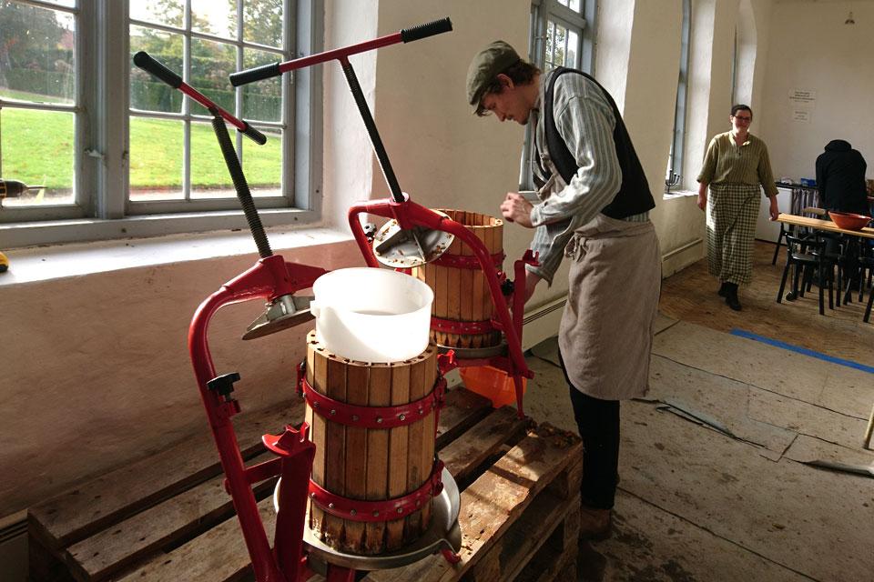 Яблочный сок отжимается при помощи пресса