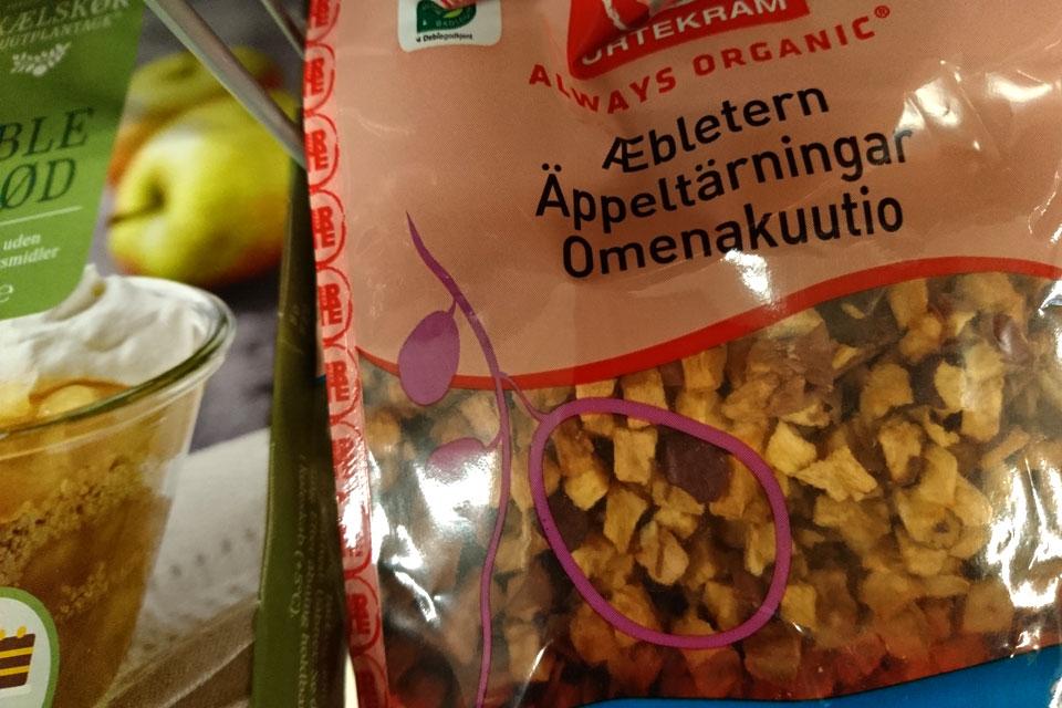 Сушеные кусочки яблок продаются в супермаркете в разделе бакале