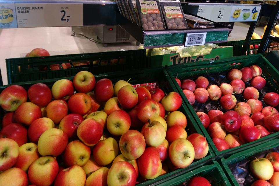 Яблоки сорт Юнами (Junami). Фото 23 апр. 2019, супермаркет г. Вибю / Viby, Дания