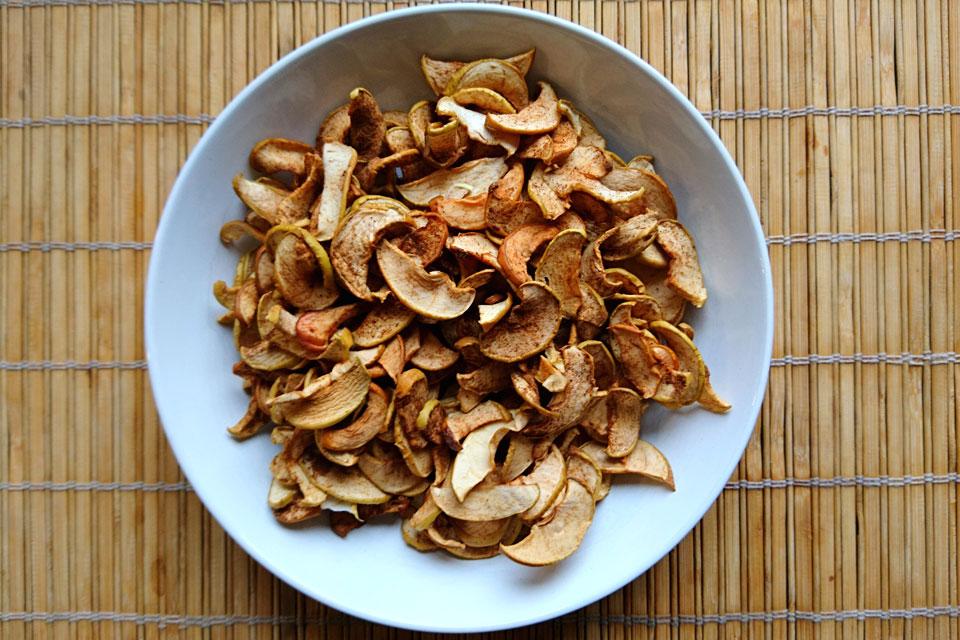 Готовые яблочные чипсы с корицей