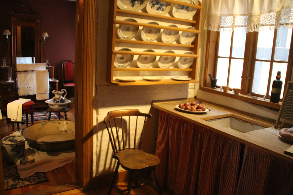 На кухонном столе стоит блюдо с яблочными пончиками