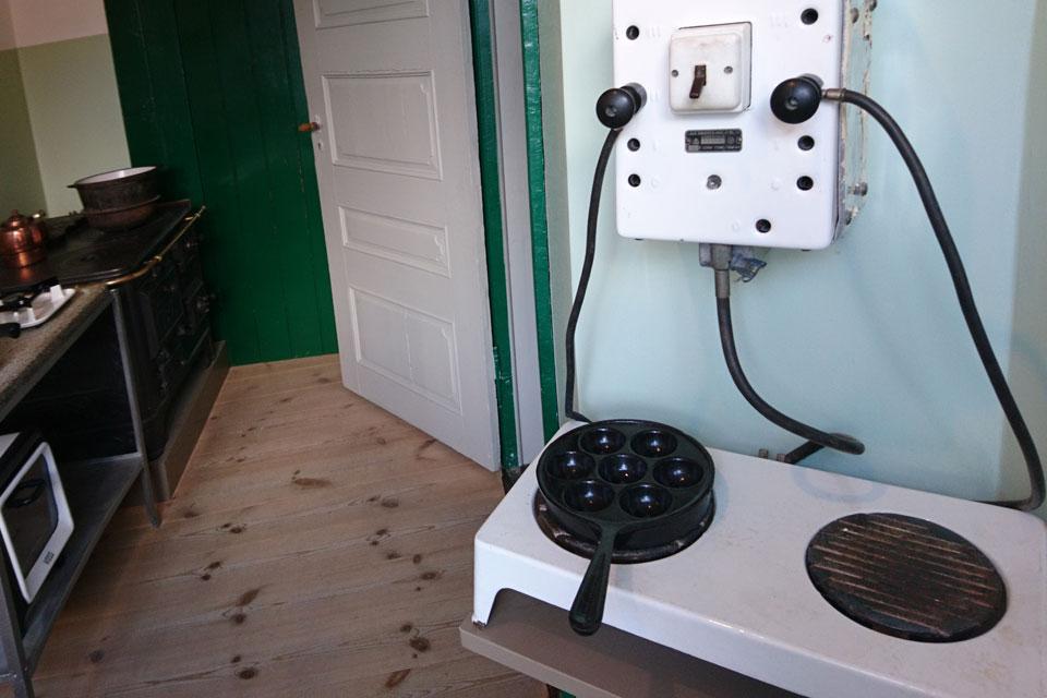 С появлением электрических плит формы для эблескивер стали делать с плоским дном