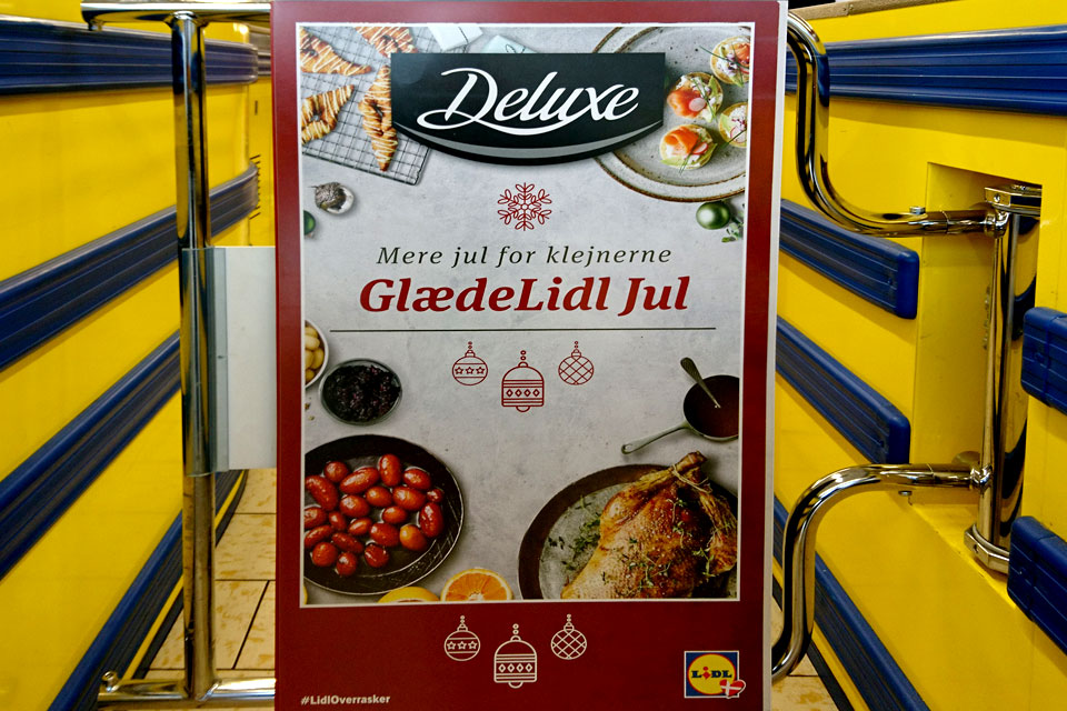 Реклама рождественских продуктов в юмористическом контексте в магазине