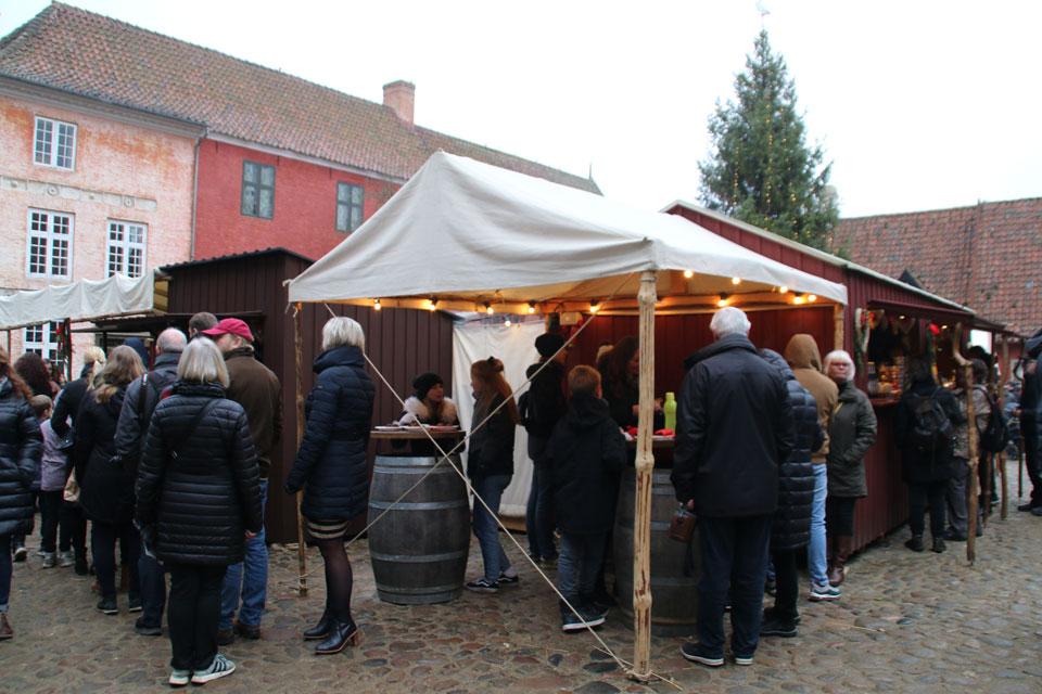 На рождественской ярмарке в Старом Городе посетителям предлагаются эблескивер и глогг
