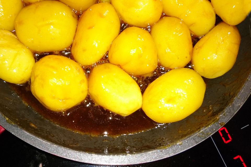 Отварной картофель помещается в очень горячую глазурь