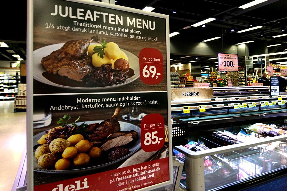 Реклама в супермаркете, где можно предзаказать готовую рождественскую еду.
