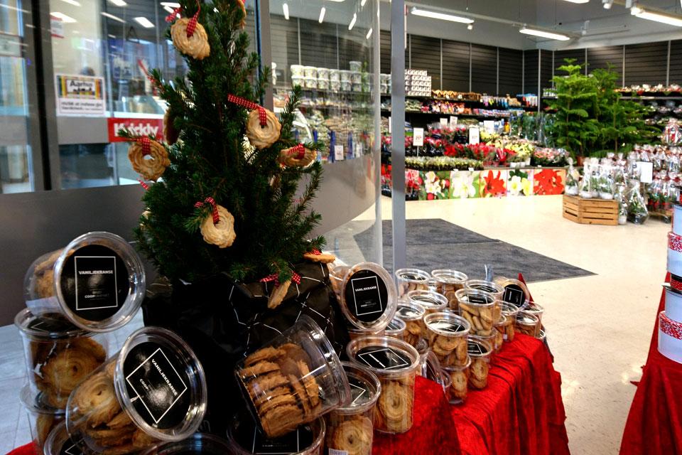 Вкусные украшения рождественской елочки - у входа в супермаркет Kvickly, Дания