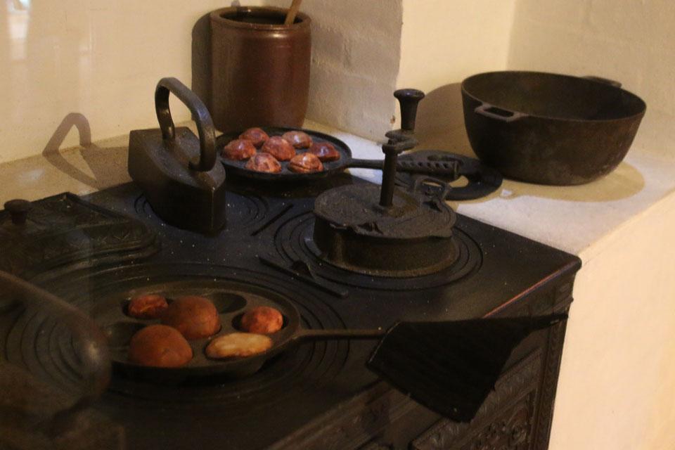Так яблочные пончики (æbleskiver) выпекали в специальной форме в 18 веке.