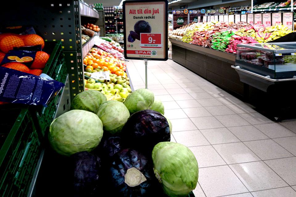 краснокочанная капуста выставляется на видное место в супермаркете