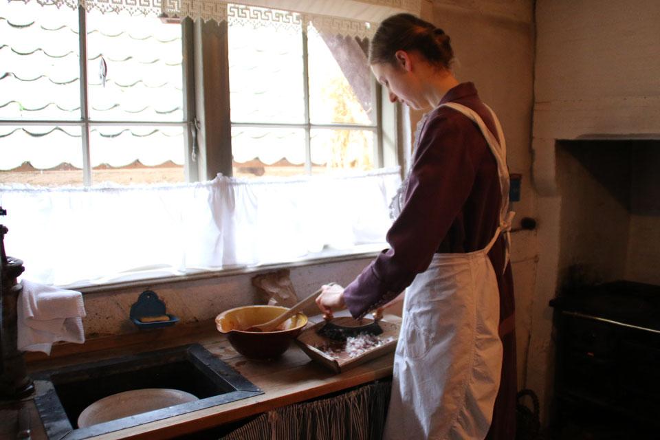 На кухне конца 1800 годов приготавливается красная капуста по старому рецепту