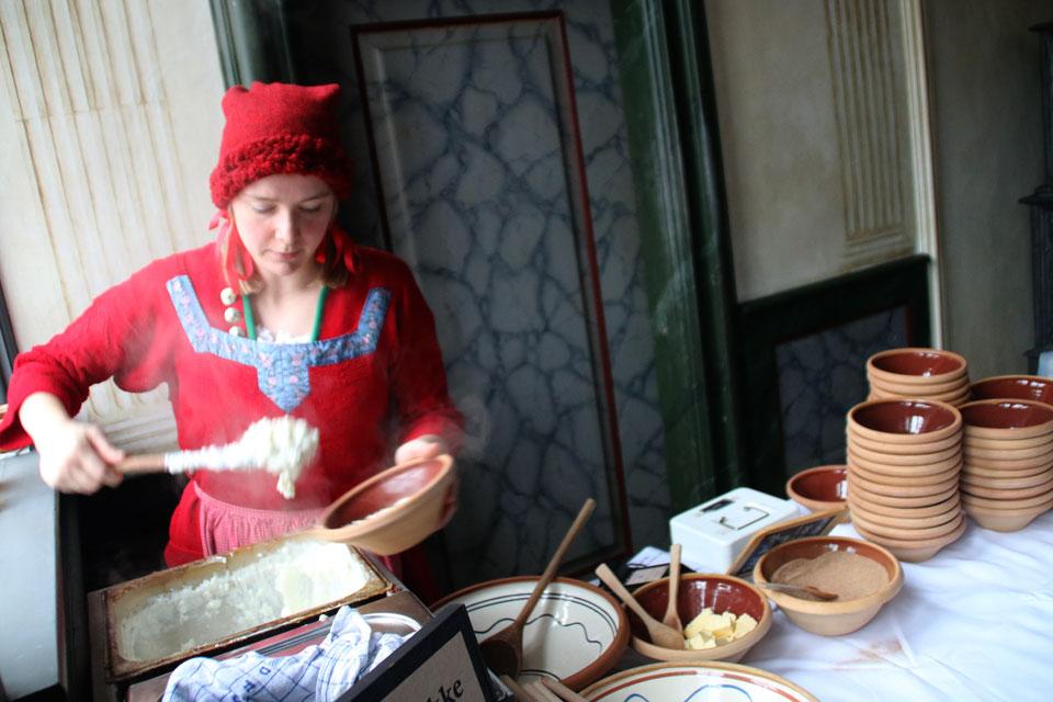 Рисовая каша подается в старомодных керамических тарелках