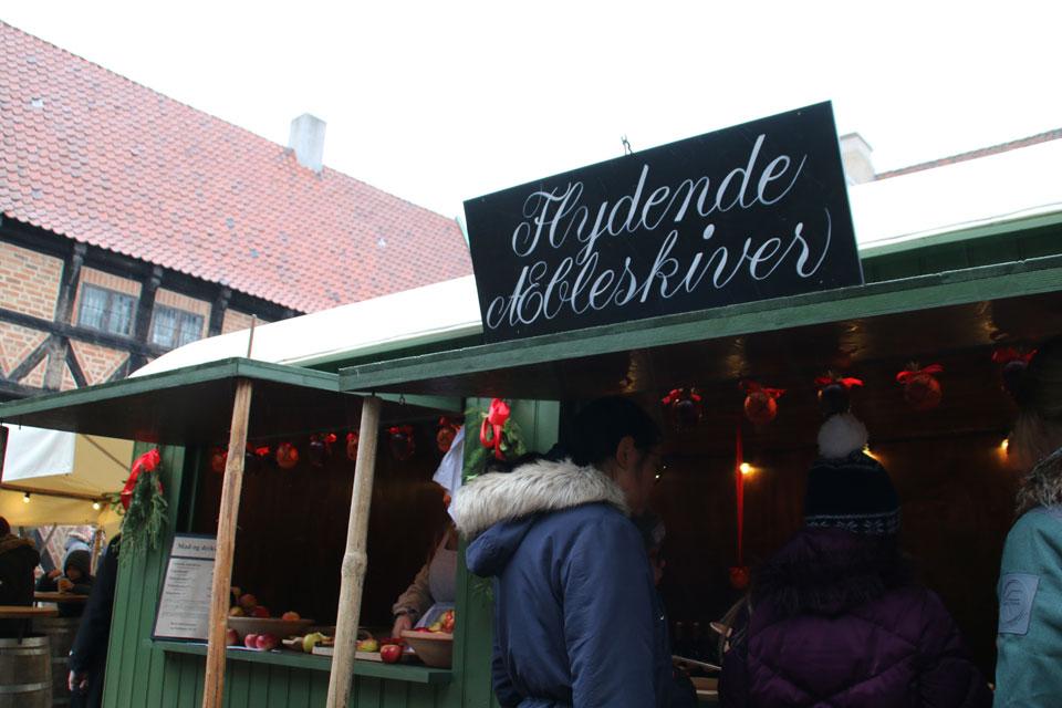 Яблоки в тесте (flydende æbleskiver) на рождествеснкой ярмарке в Старом Городе