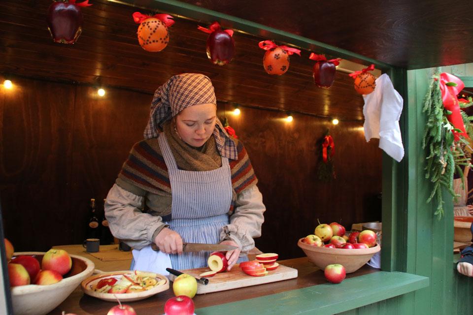 Яблоки подготавливаются для выпечки