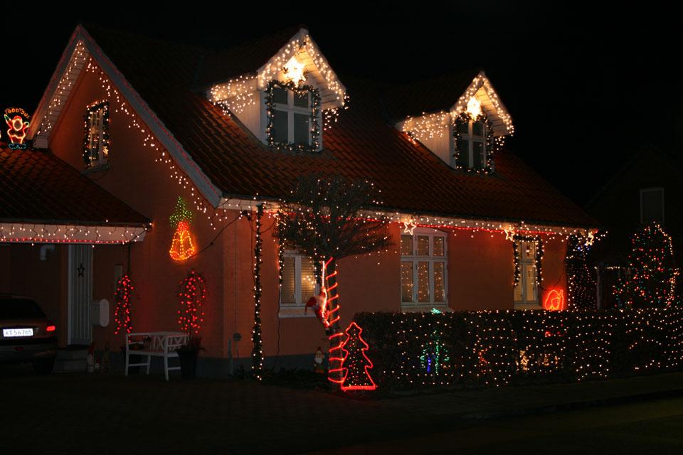 рождественские домовые Ниссе охраняют этот дом, хотя они и не прочь пошалить и проказничать