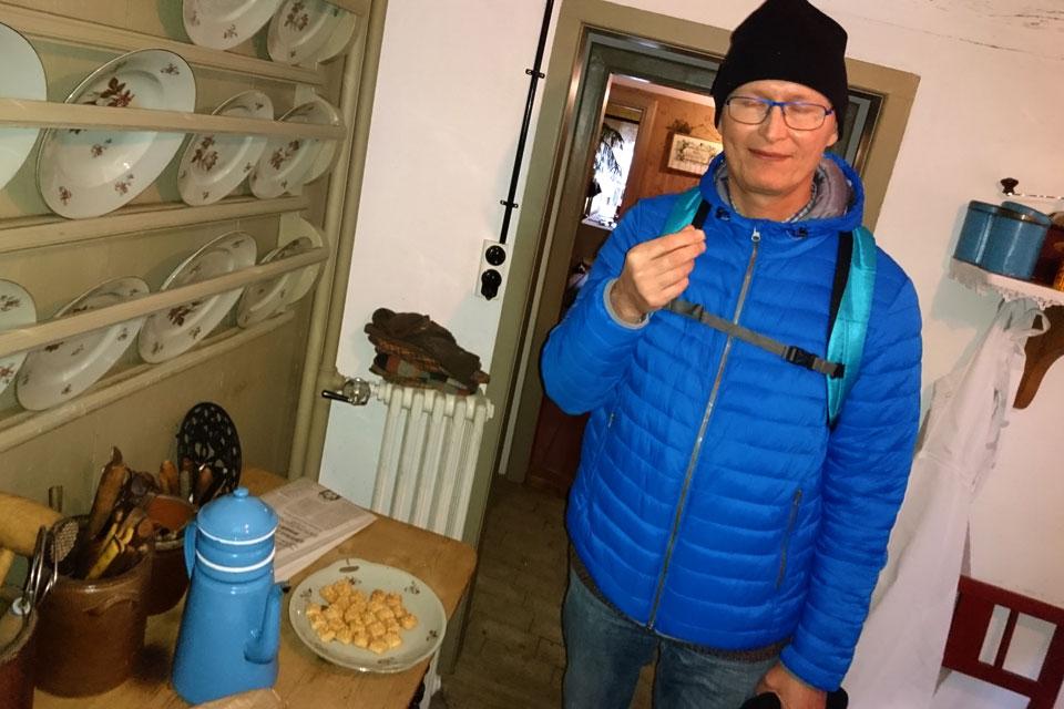 Мой муж снимает пробу печенья финский хлеб
