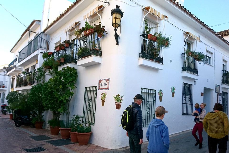 Прогулка по цветочным улочкам Бенальмадена Пуэбло, Испания
