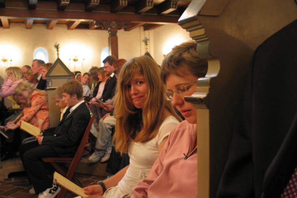 В церкви во время церемонии конфирмации