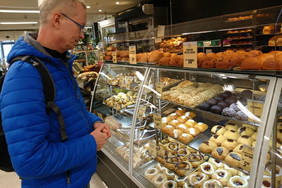 Масленичные булочки продаются в булочной супермаркета