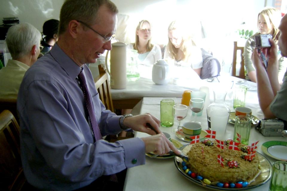 Русский тортик медовик тоже пришелся гостям по вкусу