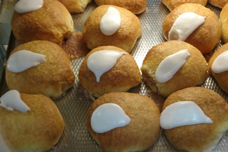 Масленичные булочки - Фастелавнболле с глазурью и кремом