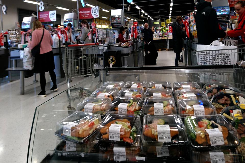 Смёрребрёд в упаковках выставлены в торговом центре у входа в супермаркет