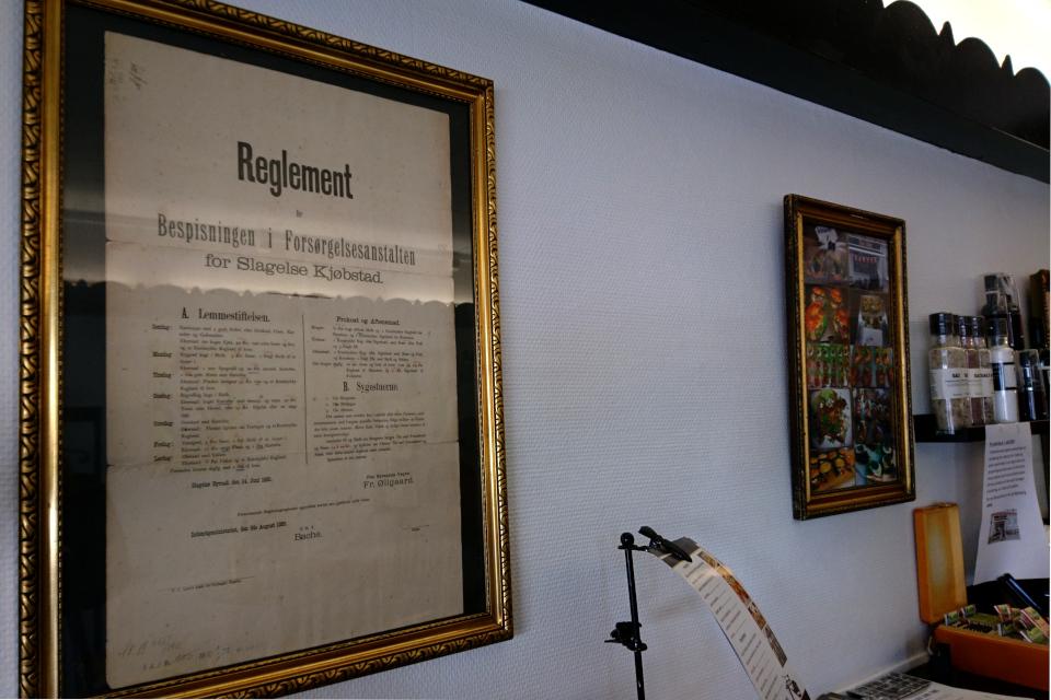 На стене в рамочке висит старое меню в государственных общепитах от 1889 года.