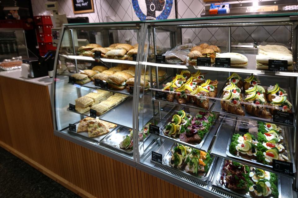 Закусочная в торговом центре, где продаются кофе, пицца, сэндвичи и смёрребрёд