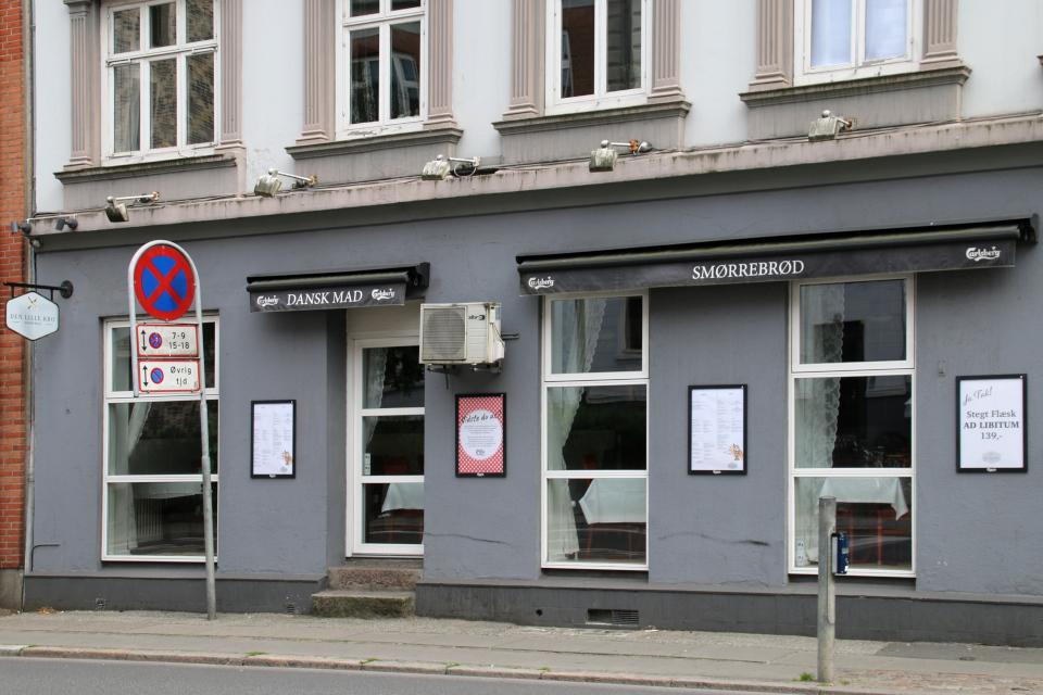"""Ресторан датской кухни. Надписи над окнами: """"Датская кухня"""" (дат. Dansk Mad)"""