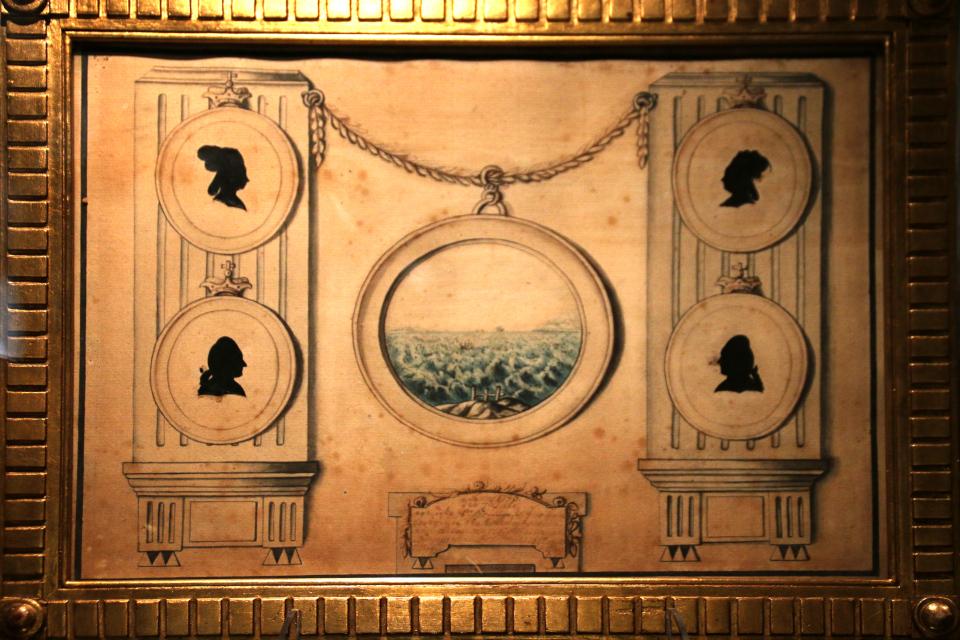 Картина Брауншвейгского семейства с профилями Елизаветы, Екатерины, Алексея и Петра. В центре в рамочке место для Ивана. Эта картина, сделанная Екатериной по после приезда в Данию, находится в музее г. Хорсенс. Фото 9 апр. 2019